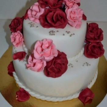 Торт с красными розами