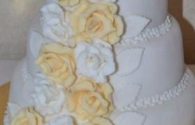 Торт с розами на свадьбу